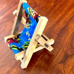 Hawaii pattern cell phone holder chair.